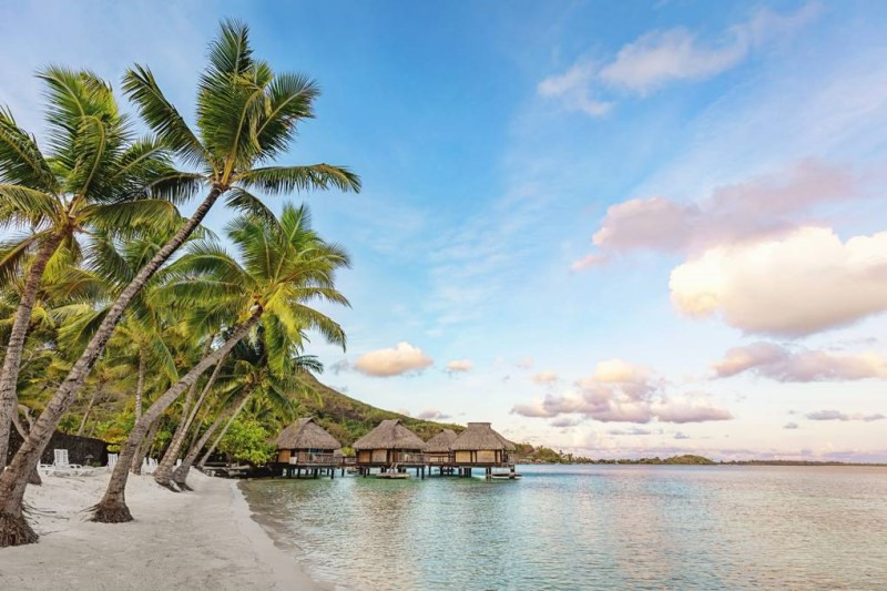 Khu đầm phá màu xanh cùng với những bãi biển cát trắng tại Polynesia