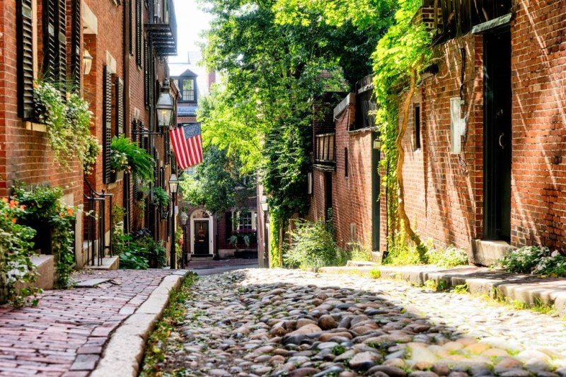 đường phố hẹp và các tòa nhà bằng gạch hòa cùng ánh nắng mùa hè tại Bostom