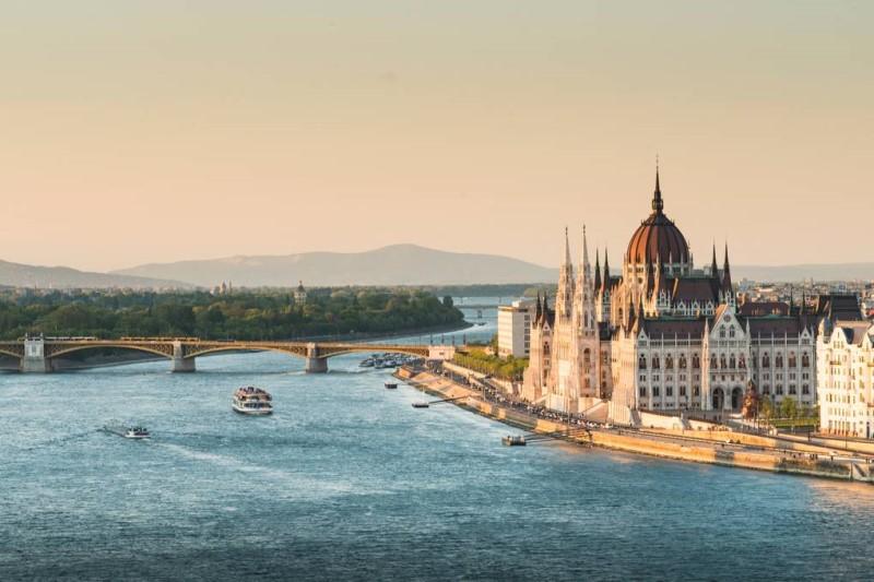Thành phố Budapest với những ngôi nhà kiến trúc Châu Âu bên bờ sông