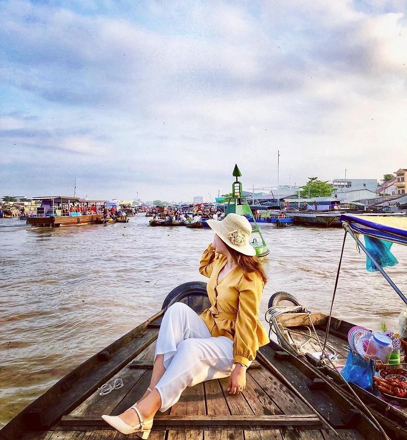 Đi thuyền trên chợ nổi Cần Thơ