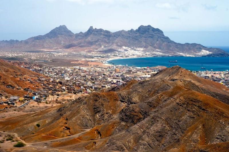 Cape Verde với những dãy núi đá và biển