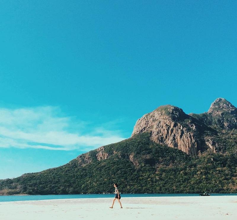 Bãi biển xanh cát trắng và những dãy núi tại Côn Đảo