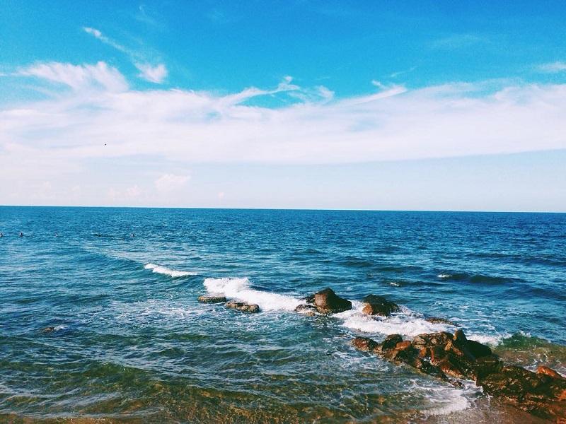 Khung cảnh biển xanh ngát ở Bãi Rồng