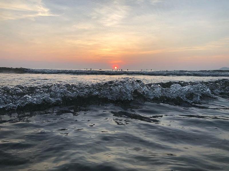 Khung cảnh sóng vỗ bạc đầu trên biển
