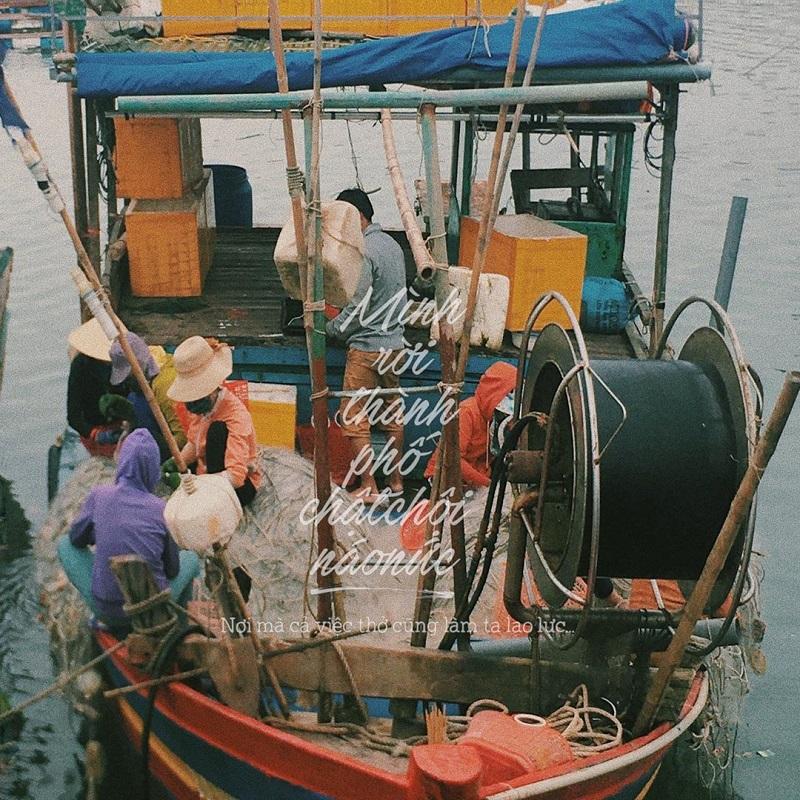 Ngư dân đang đánh bắt cá ở làng chài Xuân Thủy