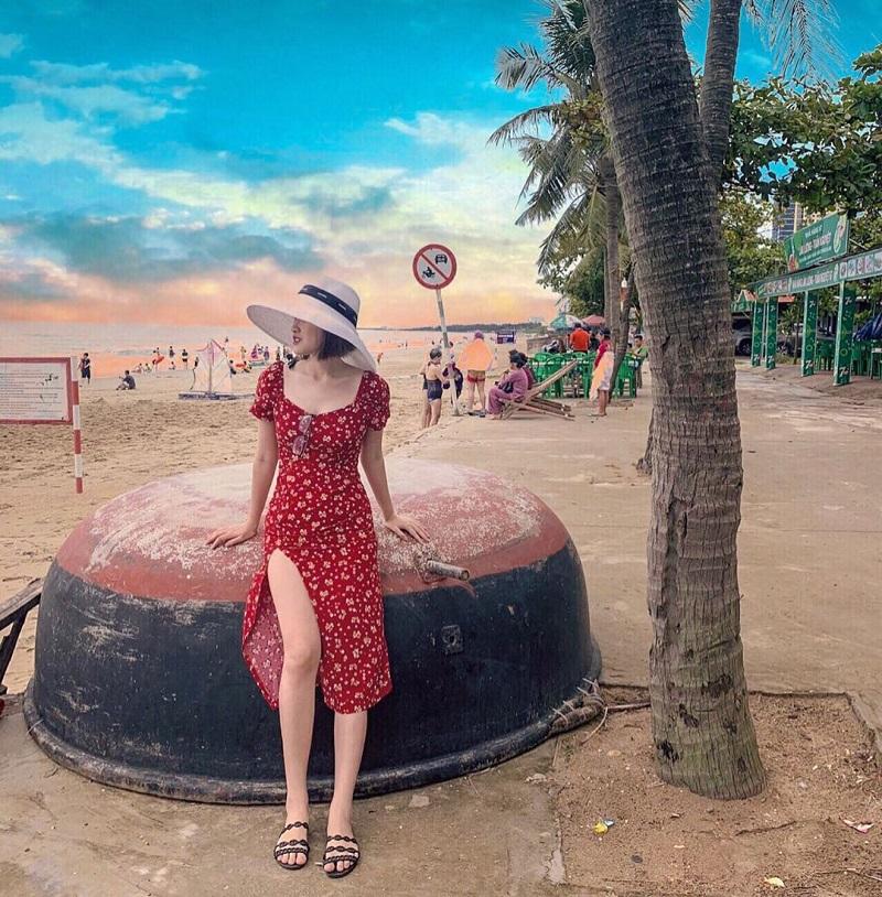 Chiếc váy hoa nhí là phụ kiện đắc lực giúp bạn có ảnh đẹp ở biển