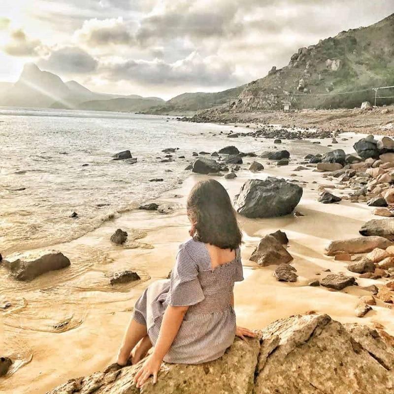 những bãi đá hoang sơ hướng ra biển tại Côn Đảo