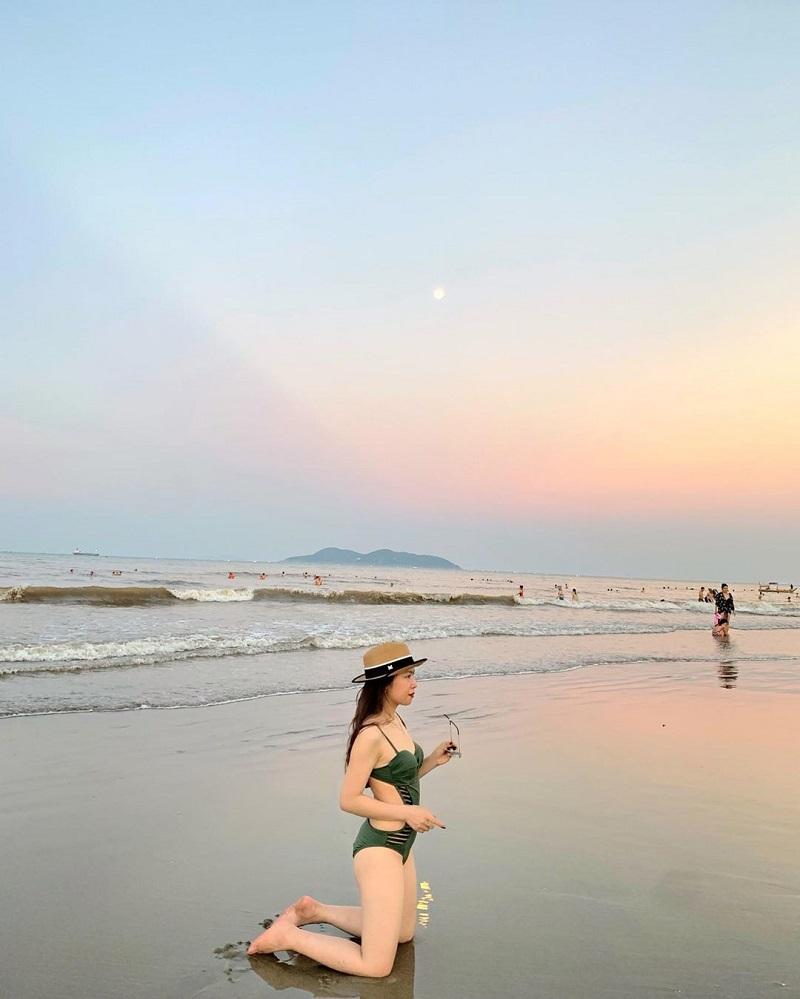 Thỏa sức pose dáng thật xinh với bikini trên biển Cửa Lò
