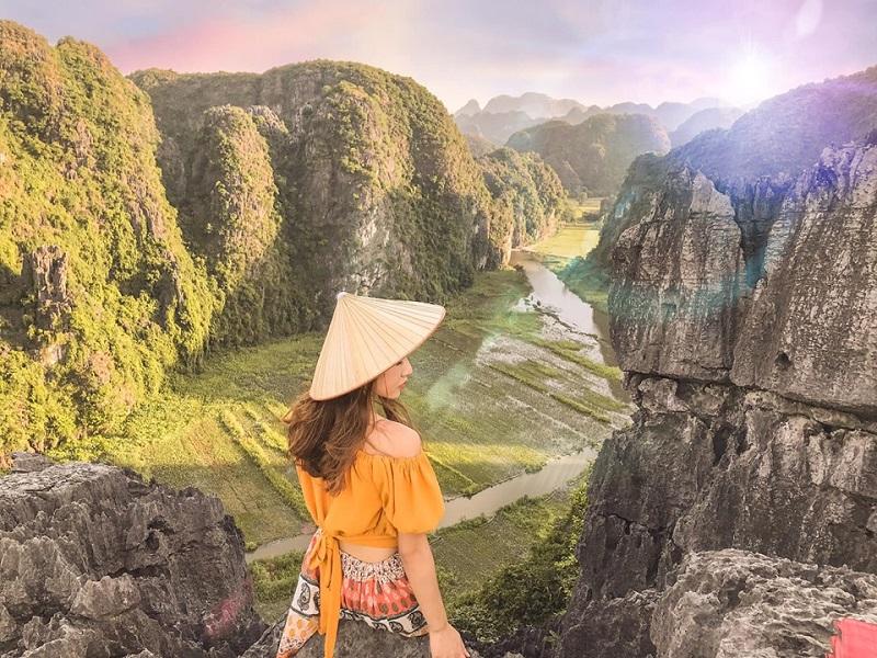Cô gái đội nón vàng check in trên đỉnh núi Ninh Bình