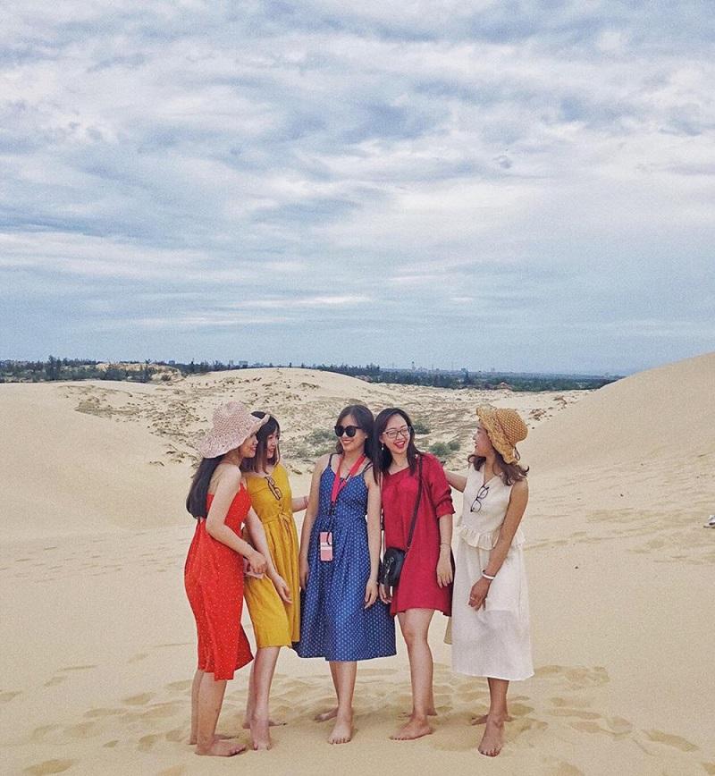 5 cô gái trò chuyện tại bãi cát Quảng Bình
