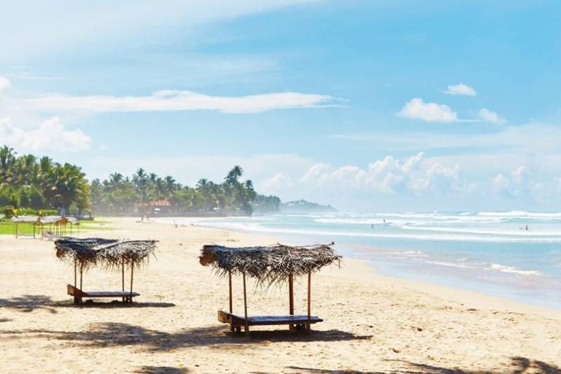 Ngày nắng trong xanh trên bãi biển tại Srilanka