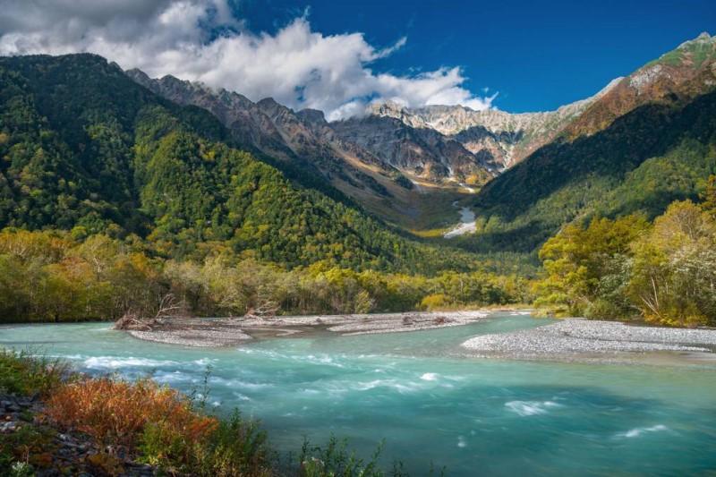 Mùa thu rực rỡ phủ đầy cả dãy núi Alps với màu hồ xanh ngọc