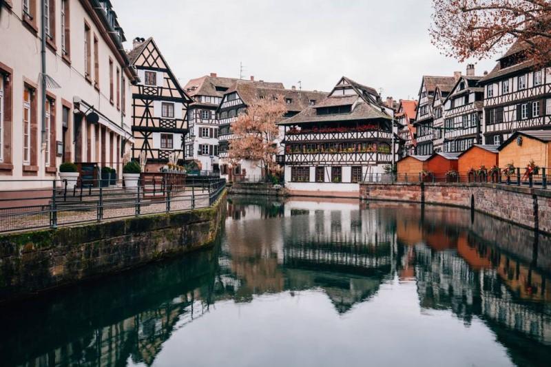 Mặt hồ trong xanh tại thành phố Strasbourg Pháp