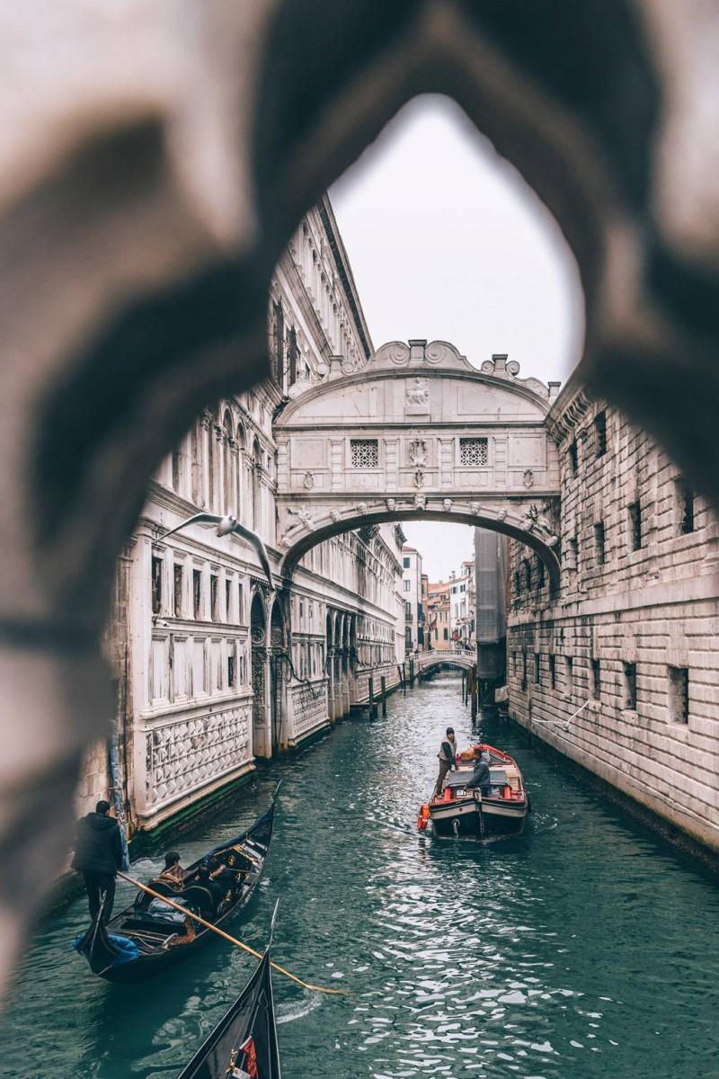 Đi thuyền trên sông khám phá thành phố Venice Ý