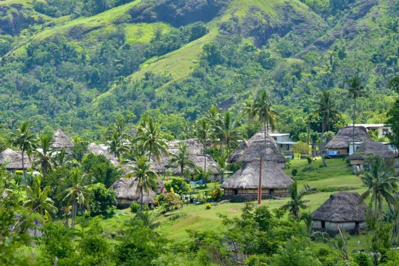 Quôc đảo Fiji với những ngôi nhà ngói rơm và triền đồi tươi xanh