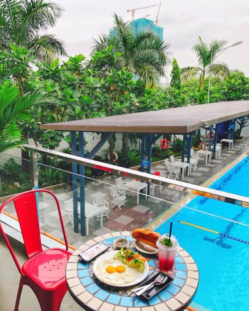 Bữa ăn sáng trên ban công nhìn ra hồ bơi Esmee
