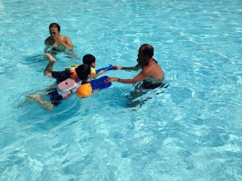 Trẻ em đang tập bơi ở hồ bơi An Phú quận 2