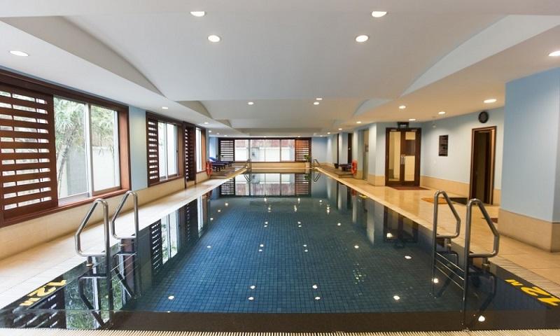 Không gian bể bơi trong nhà ở Sài Gòn View