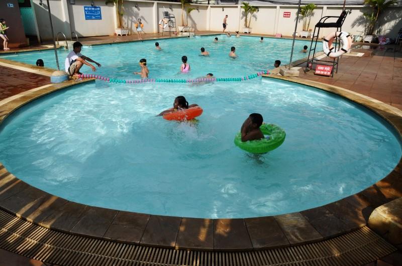 Các em nhỏ đang tập bơi cùng phao ở hồ bơi chung cư Phúc Yên