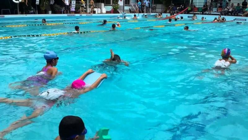Các em nhỏ đang cùng tập bơi ở hồ bơi CLB bơi lội Lý Thường Kiệt