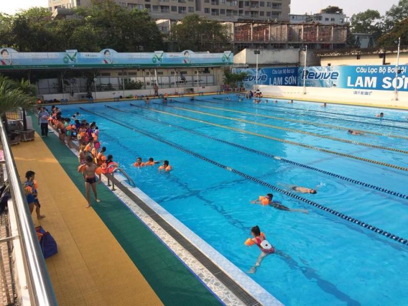Các em nhỏ đang học bơi ở hồ bơi Lam Sơn
