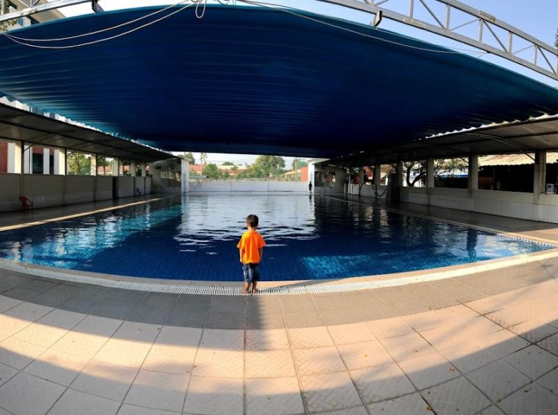 Em nhỏ đứng chụp hình ở hồ bơi Cộng Hòa Garden
