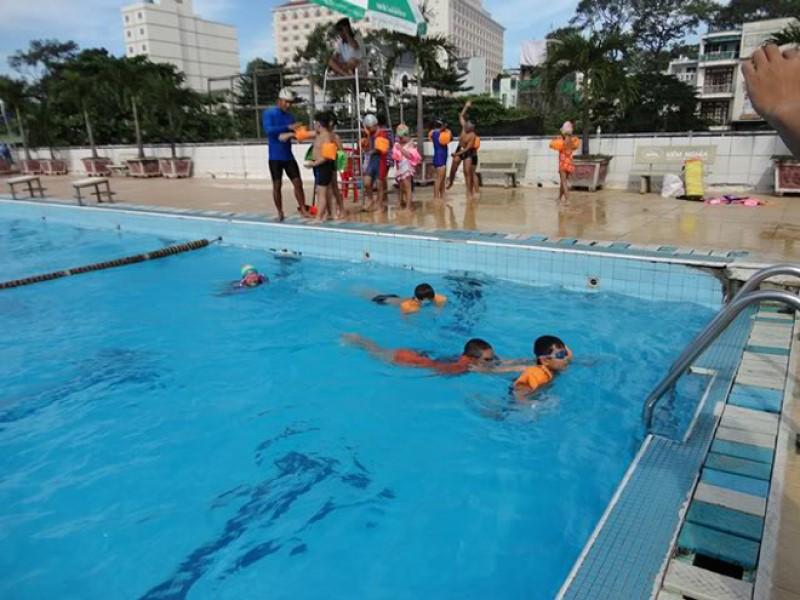 Các em nhỏ đang tập bơi ở hồ Bơi Cộng Hòa