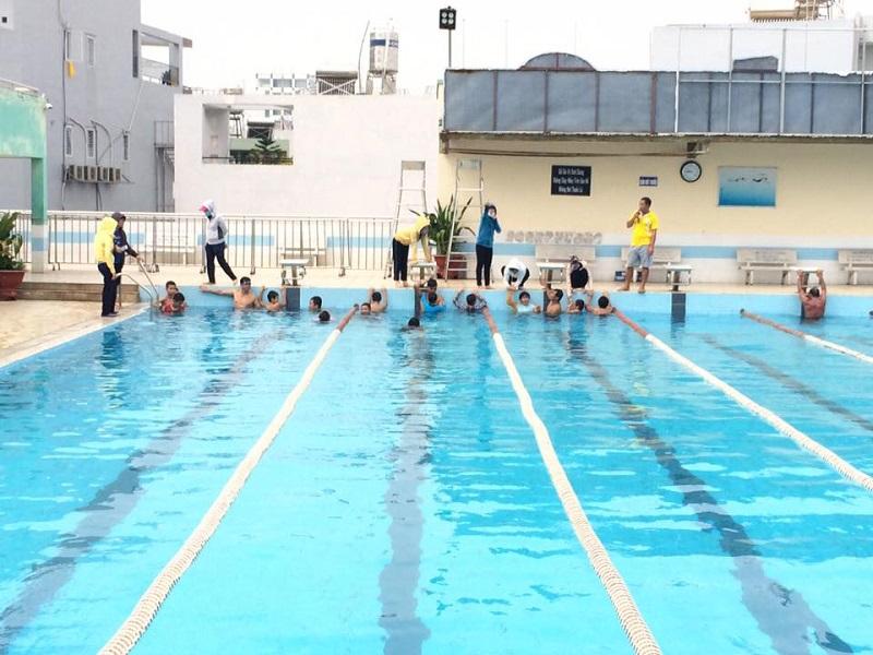 Nhiều người đang bơi lội ở hồ bơi Đại Đồng quận Bình Thạnh