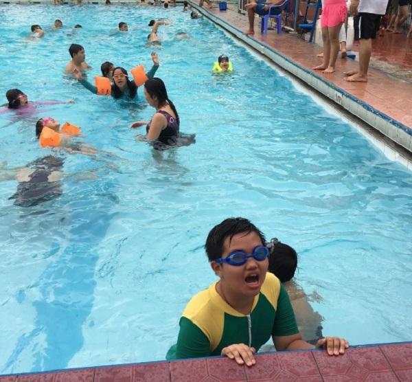 Các em nhỏ đang thỏa sức bơi lội trong hồ bơi Gấu Misa
