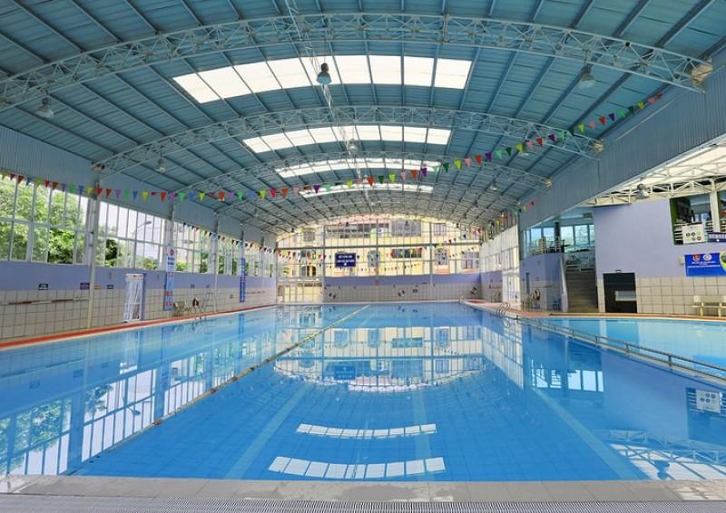 Không gian rộng rãi của hồ bơi có mái che Hàng Hải quận 2