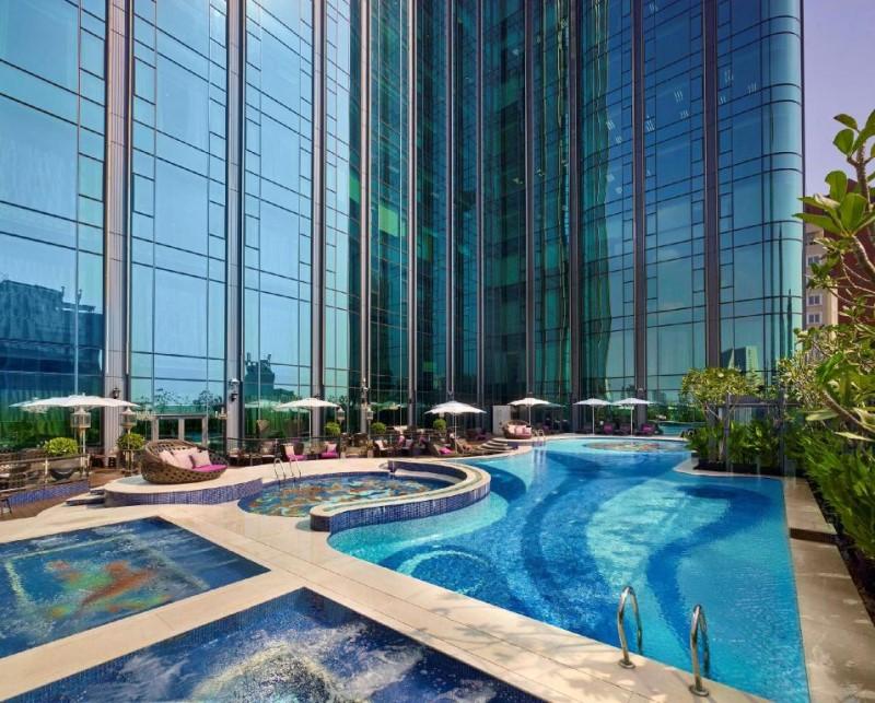 Không gian hồ bơi sang trọng ở khách sạn The Reverie Saigon