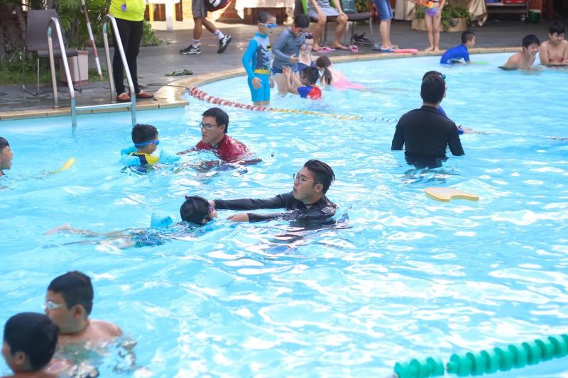 Các em nhỏ đang tập bơi ở hồ bơi khách sạn Đệ Nhất