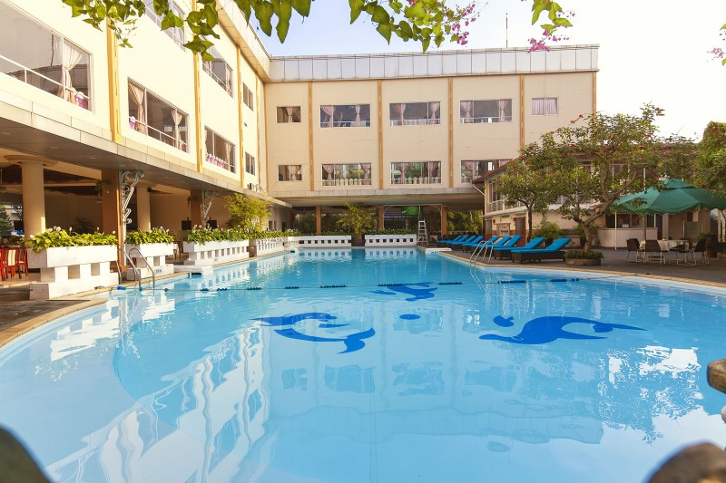 Không gian rộng rãi, thoáng đãng ở hồ bơi khách sạn Đệ Nhất