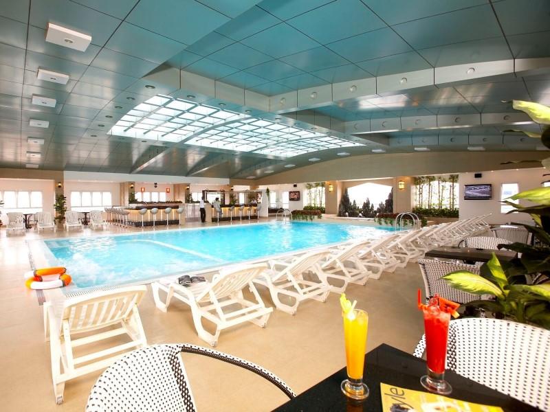 Không gian bể bơi thoáng đãng, sạch sẽ của khách sạn May