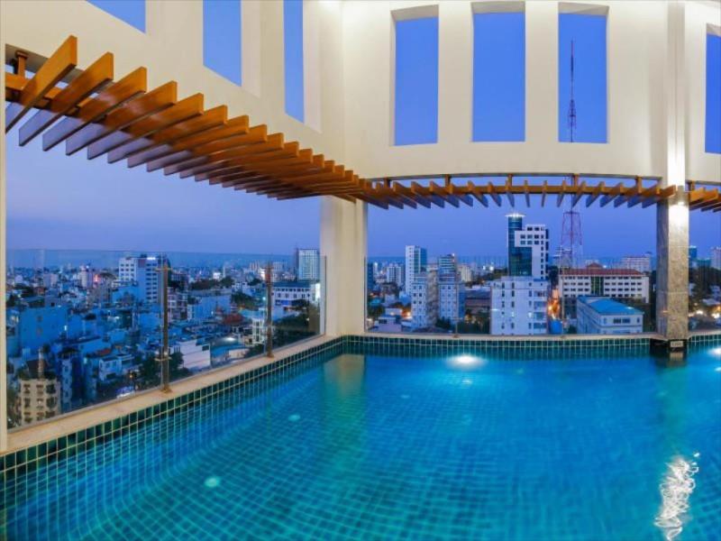 Hồ bơi trong nhà, trên tầng cao của khách sạn Mường Thanh