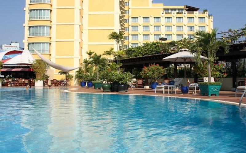 Không gian hồ bơi khách sạn New World