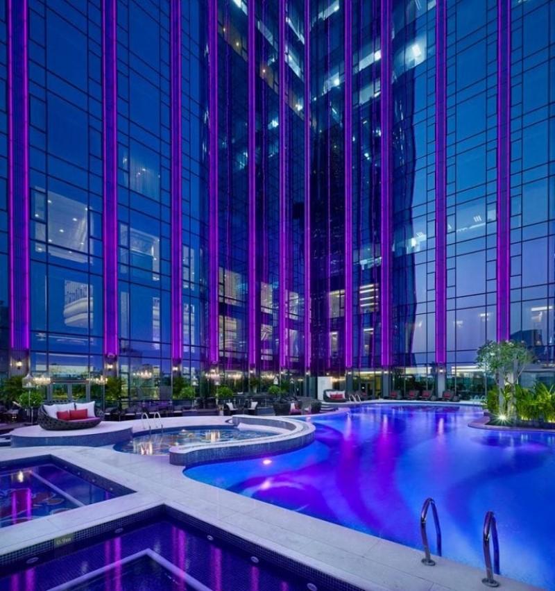 Hồ bơi khách sạn The Reverie Saigon nằm giữa các nhà cao tầng