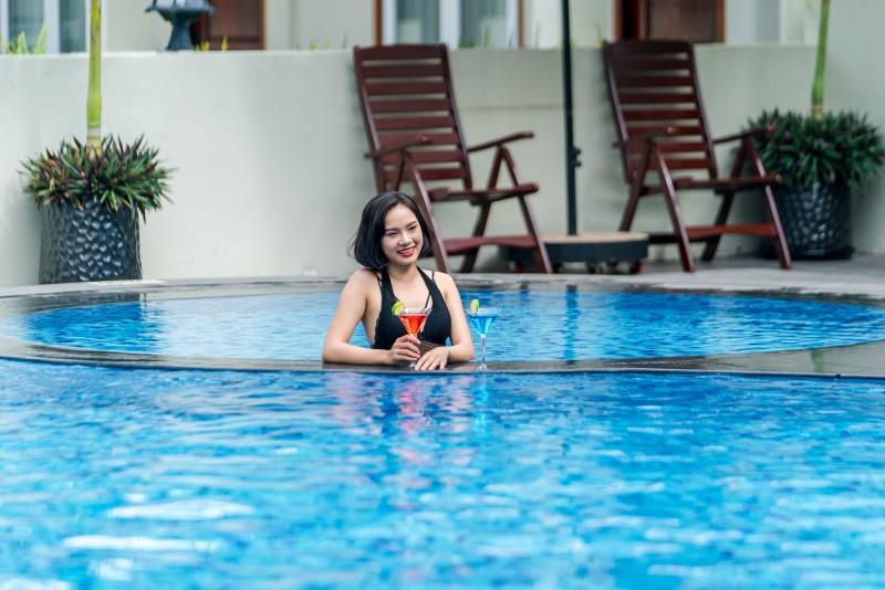 Chụp hình với không gian xanh mát ở hồ bơi khách sạn Rex