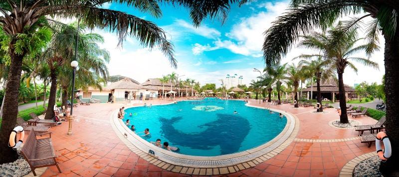 Xung quanh hồ bơi Văn Thánh có những cây dừa và ghế nghỉ bằng tre