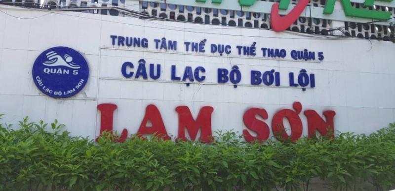 Cổng phía ngoài câu lạc bộ bơi lội Lam Sơn
