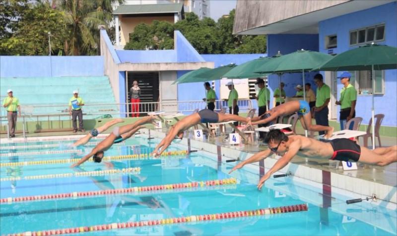 Cuộc thi bơi lội cho người lớn diễn ra ở hồ bơi Lý Thường Kiệt