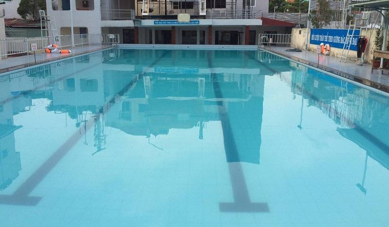 Hồ bơi rộng lớn trong khuôn viên trường đại học Giao Thông Vận Tải