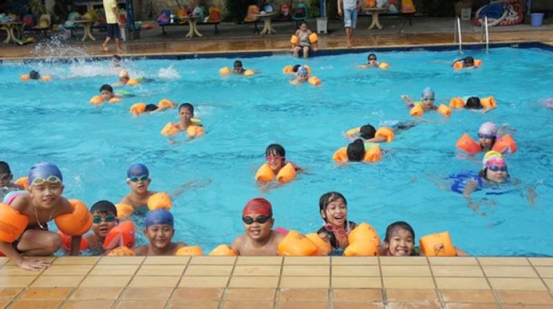 Các em nhỏ vui vẻ chụp hình ở hồ bơi 25Bis