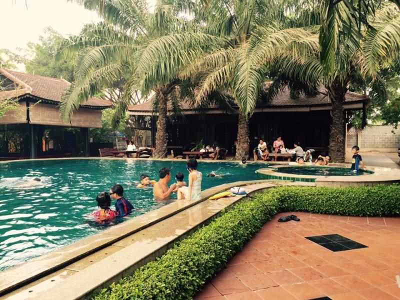 Hồ bơi khu du lịch Bến Xưa với những gian nhà cổ kính