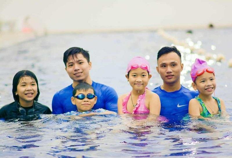 6 người chụp ảnh tại hồ bơi Mèo Mun