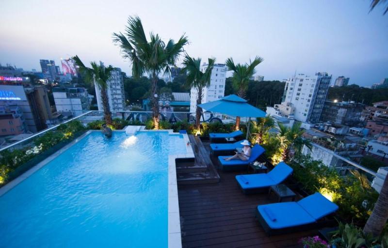 Khu vực bể bơi và ghế nghỉ dưỡng ở Alagon d'Antique Hotel & Spa