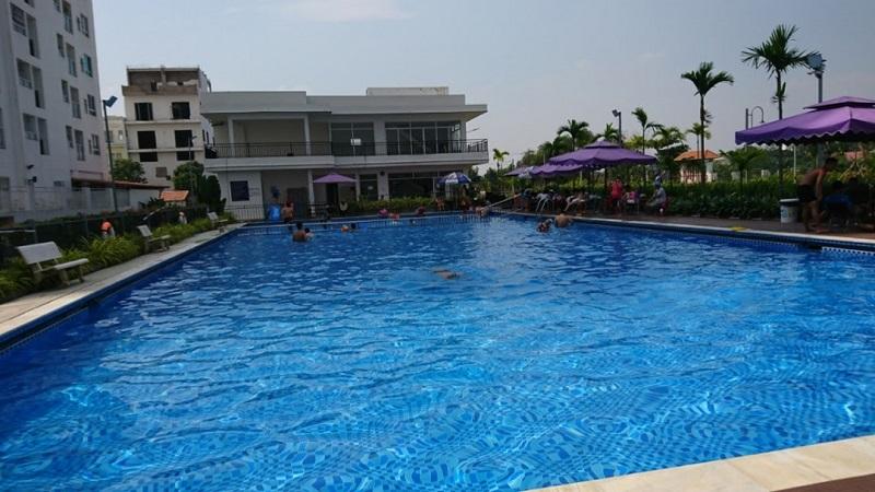 Khu vực hồ bơi khá rộng rãi ở hồ bơi chung cư 4S