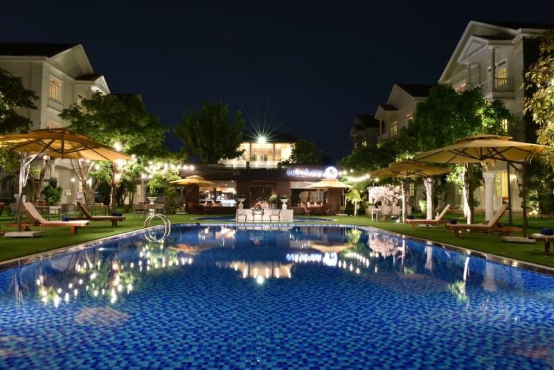 Hồ bơi Toki Saigon Resort & Spa thắp đèn vào đêm