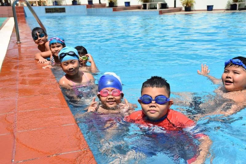 Các em nhỏ chụp hình ở hồ bơi Trung Tâm Văn Hóa Quận 12