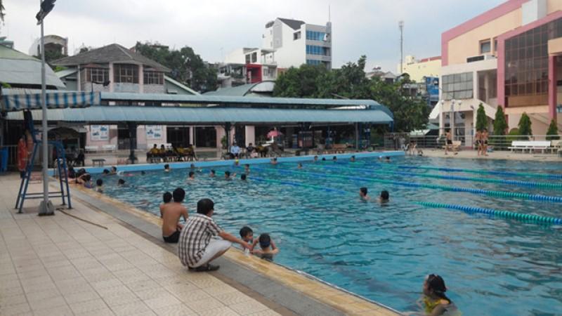 Ba mẹ đưa các em nhỏ đến tập bơi ở hồ bơi TTTDTT quận Tân Bình